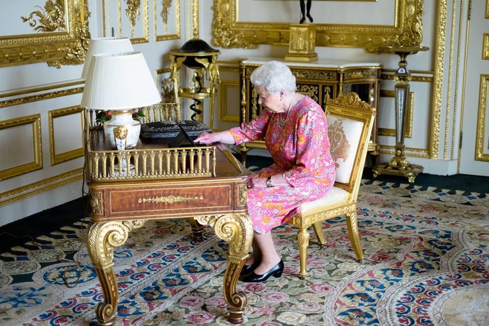 "Isabel II voltou ao Twitter para agradecer ""mensagens digitais"" de parabéns"