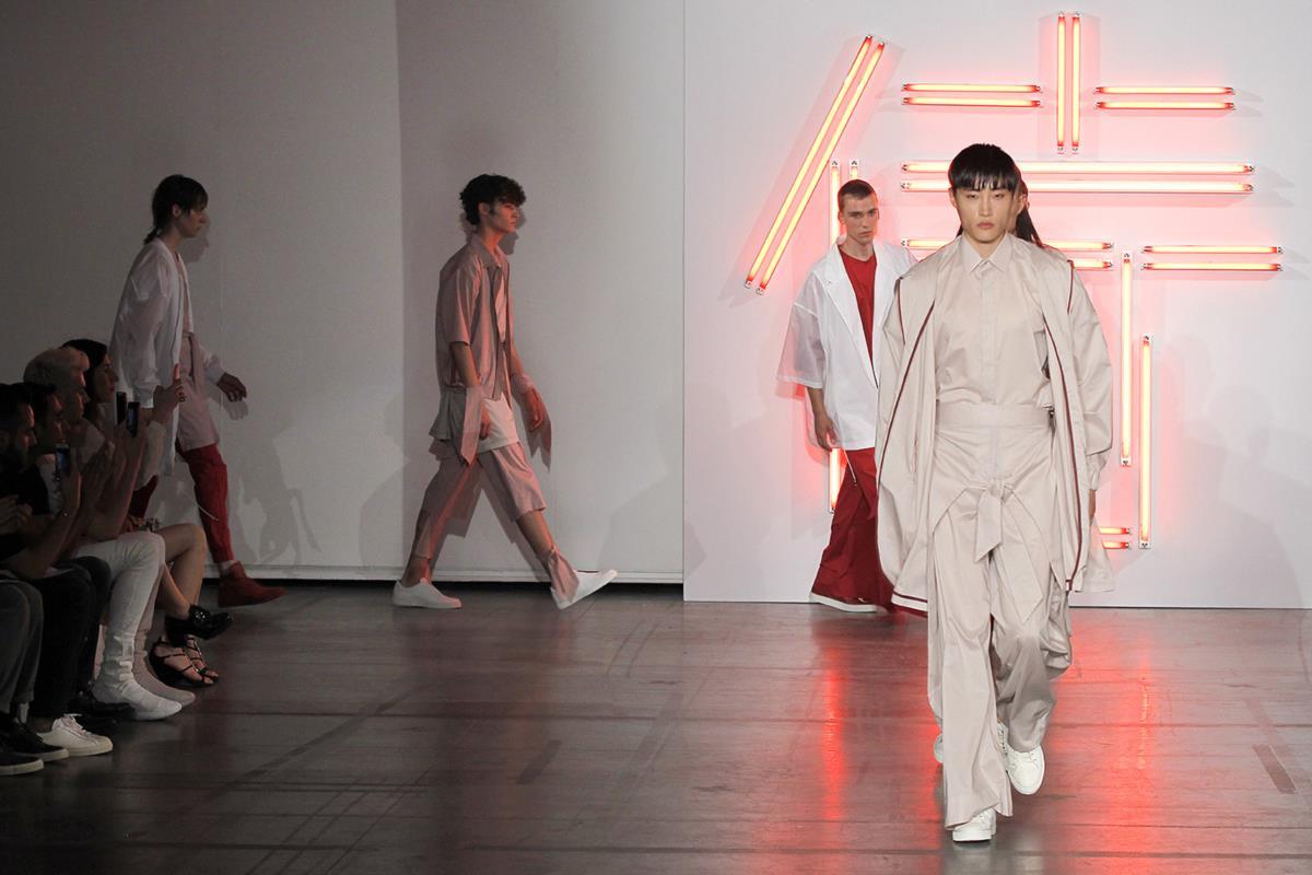 Na moda masculina de Paris, os Samurais não têm género para Hugo Costa