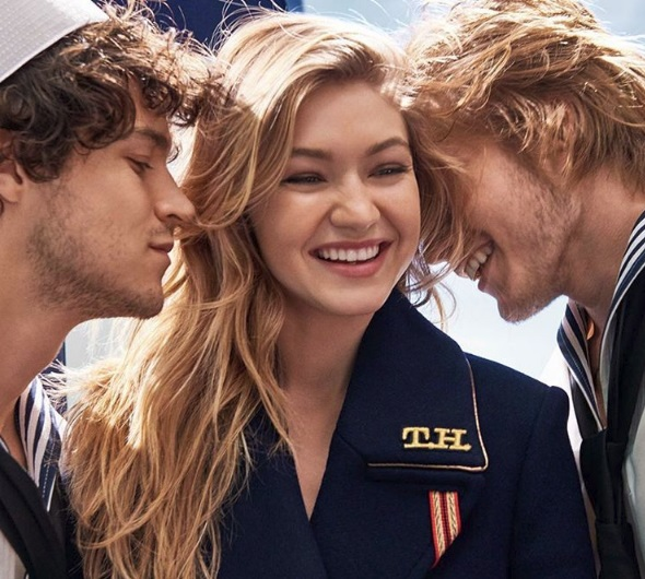 A modelo é o rosto da campanha publicitária do perfume
