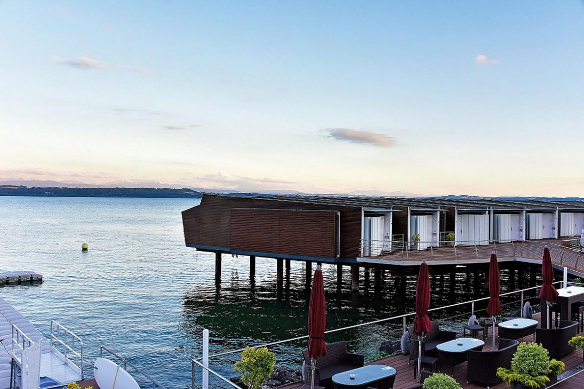 O hotel Palafitte, construído sobre o lago de Neuchâtel e a fachada do Savoy.