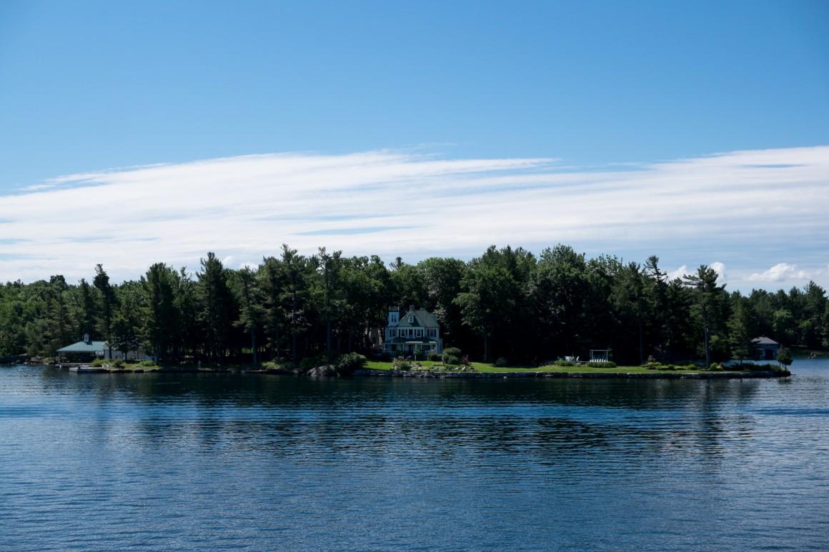 O arquipélago das mil ilhas na regiã de Kingston no rio São Lourenço