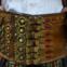 Polónia – Os largos cintos dobrados de couro entre 20 e 24 centímetros são enfeitados com pulseiras de bronze, ornamentos em relevo e numerosas fivelas