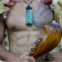 Nova Zelândia – O traje masculino dos Muori inclui um colar em madre pérola chamado Parau e uma arma de mão chamada Patu