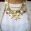 Sérvia - O traje tem aventais floridos e coloridos, com fios de prata