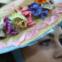 Roménia - A beleza do traje feminino é feita de cabedal preto bordado e diversas cores, tudo isso acompanhado do chapéu