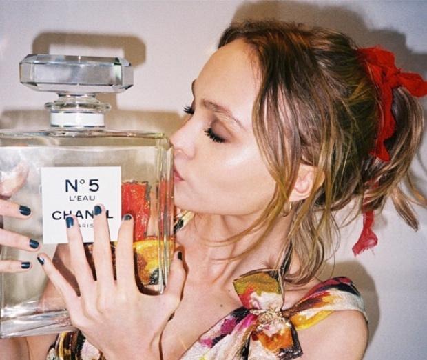 Imagem divulgada pela modelo quando anunciou que seria o novo rosto do perfume.