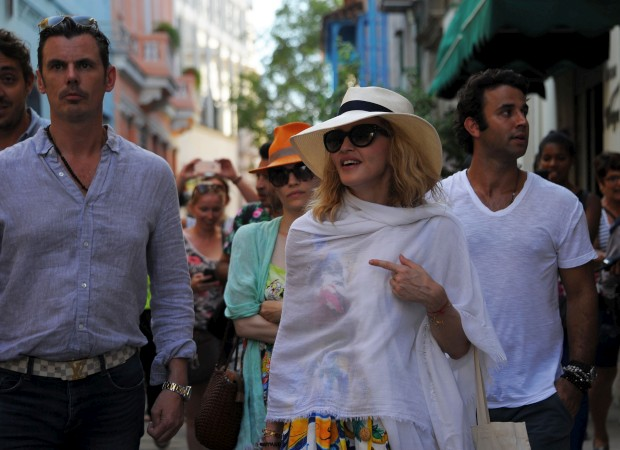 Madonna passeia pelas ruas de Havanna, Cuba.