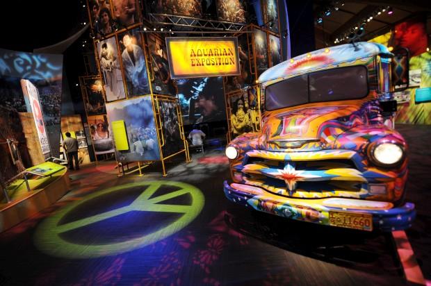 O movimento hippie explode no Victoria & Albert Museum