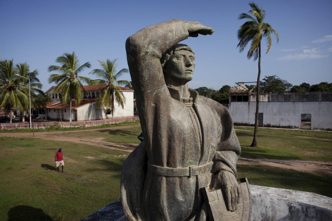 Estátua do navegador português Diogo Cão, em Cacheu
