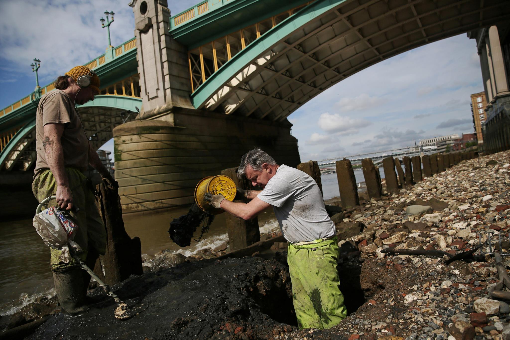 Se o detector der sinal, é preciso começar a escavar na lama das margens do rio
