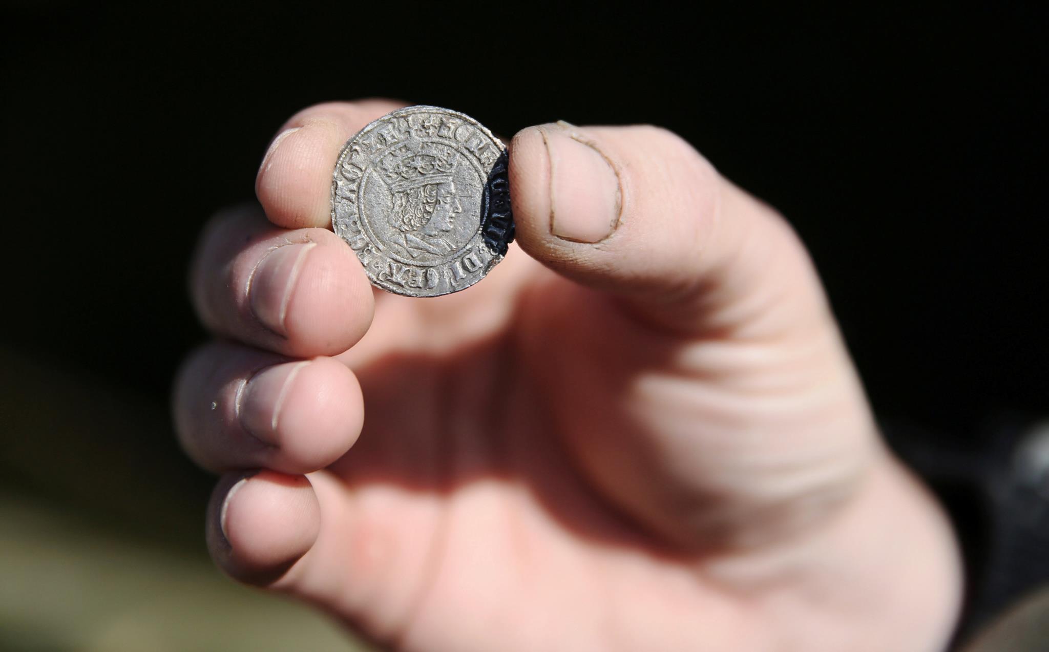 Uma moeda com o rosto de Henrique VII (Rei da Inglaterra de 1485 até sua morte), retirada das margens do Tamisa
