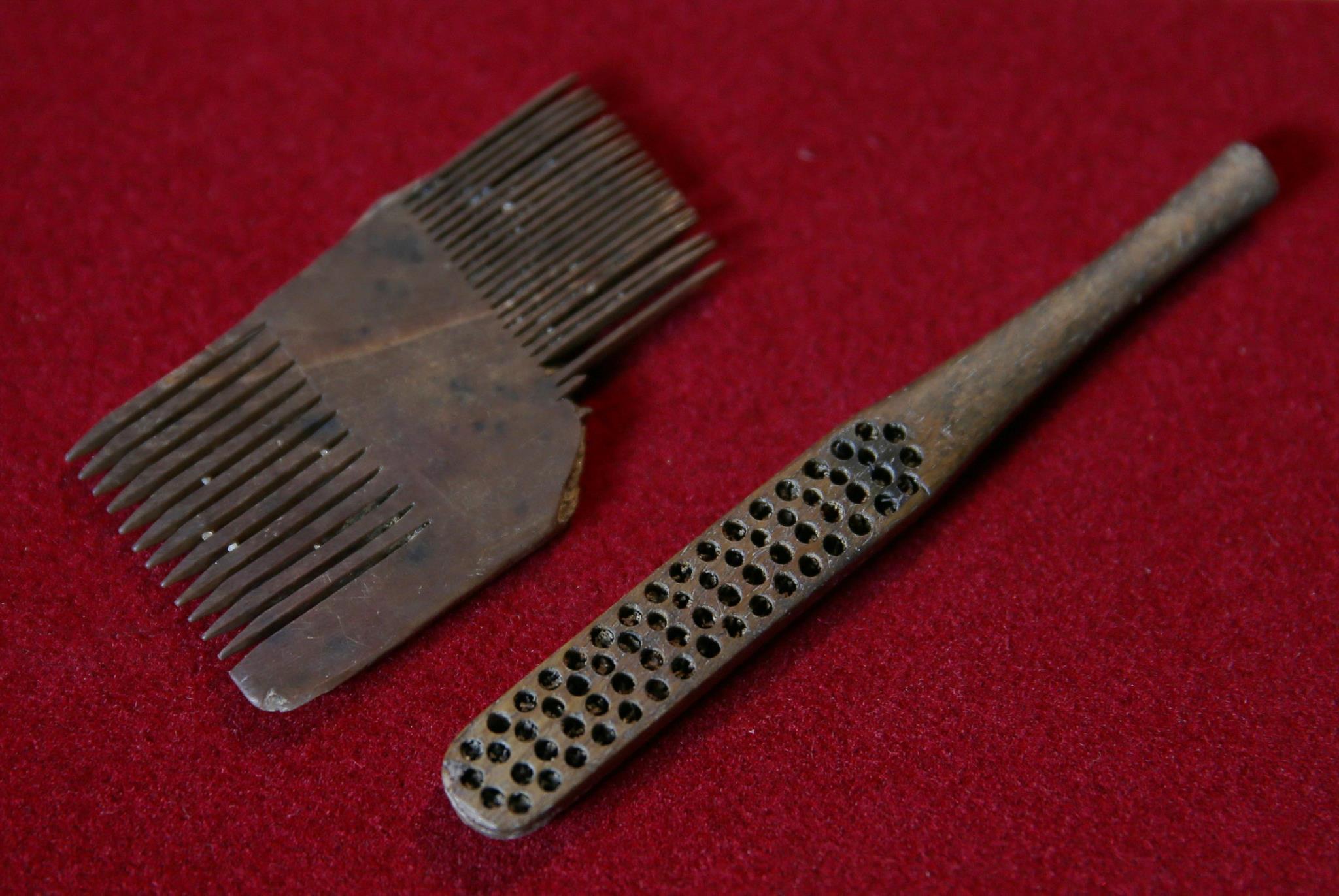 Um pente Tudor e uma escova de dentes Victoriana