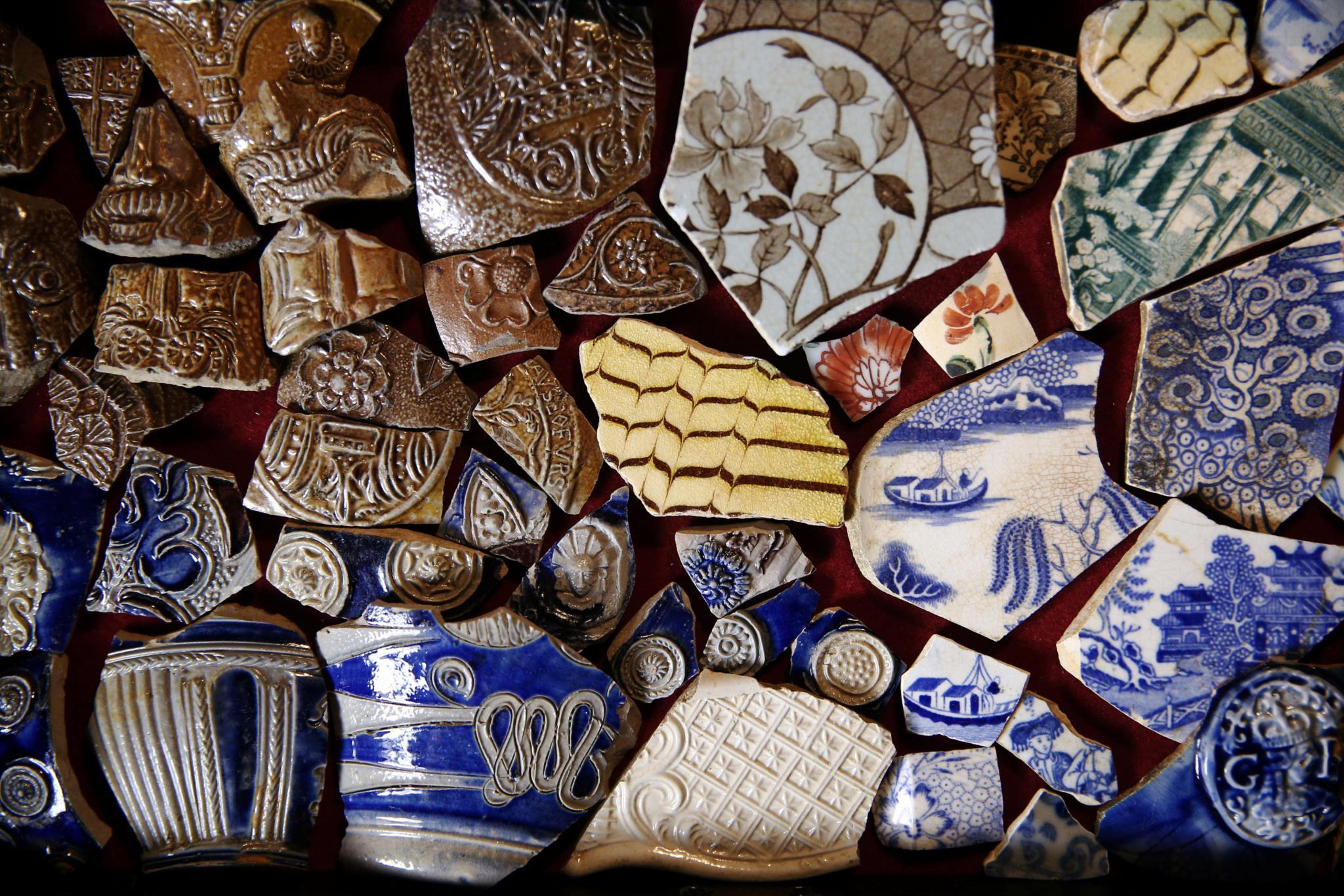 Variedade de objectos de cerâmica resgatados do Tamisa