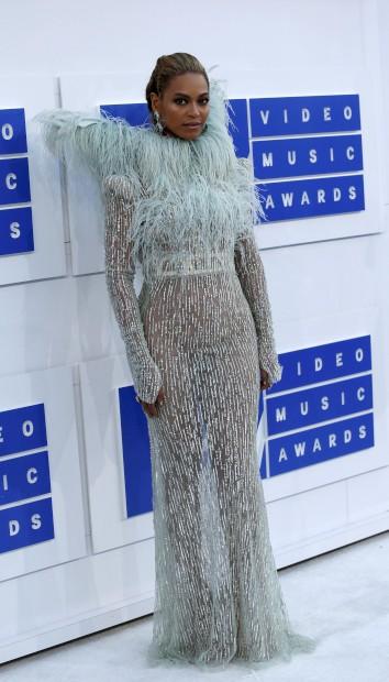 A cantora Beyoncé com vestido Maison Francesco Coscognamiglio.