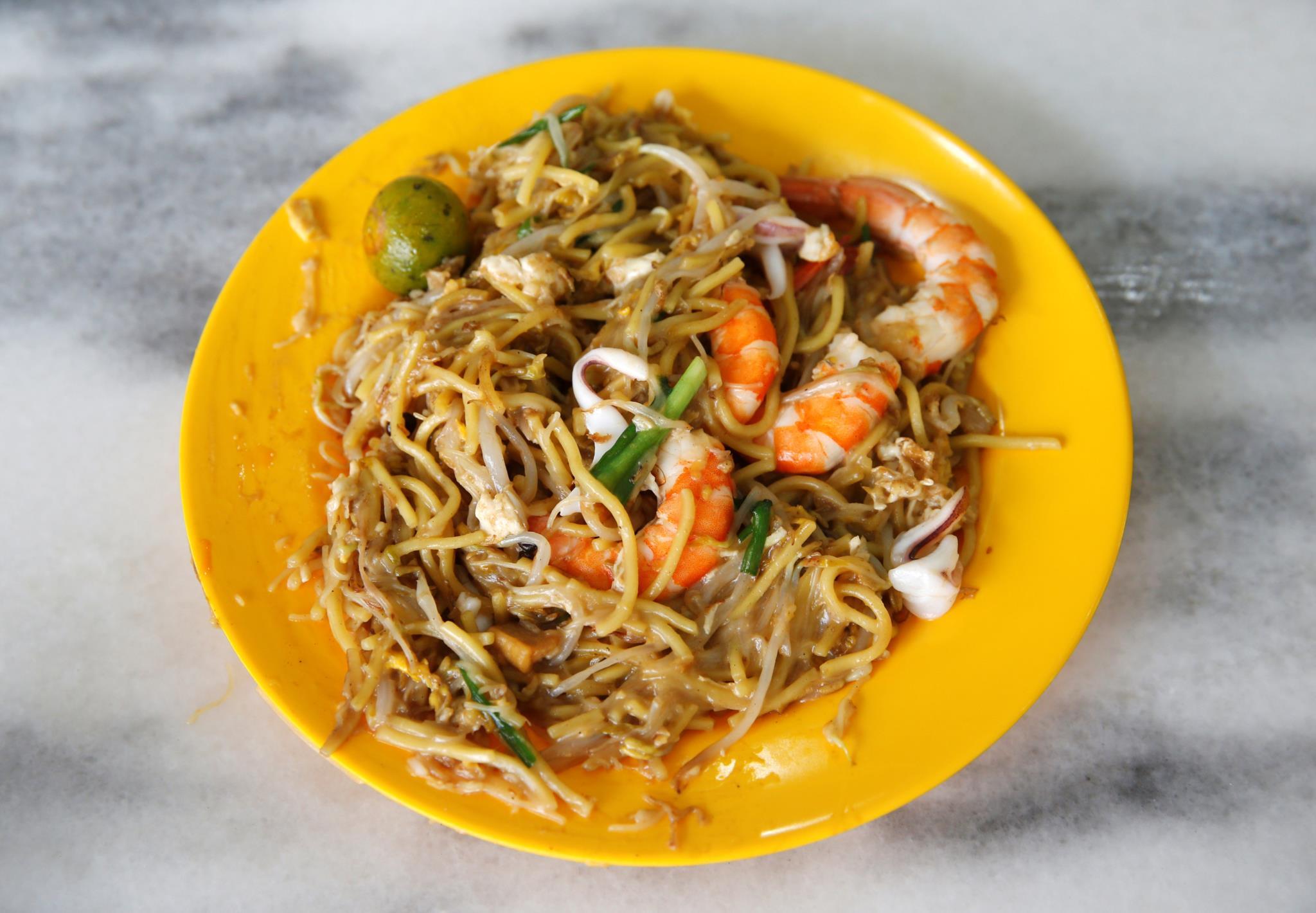 Um prato de <i>hokkien mee</i>, massa salteada com camarão, custa cerca de 4 euros