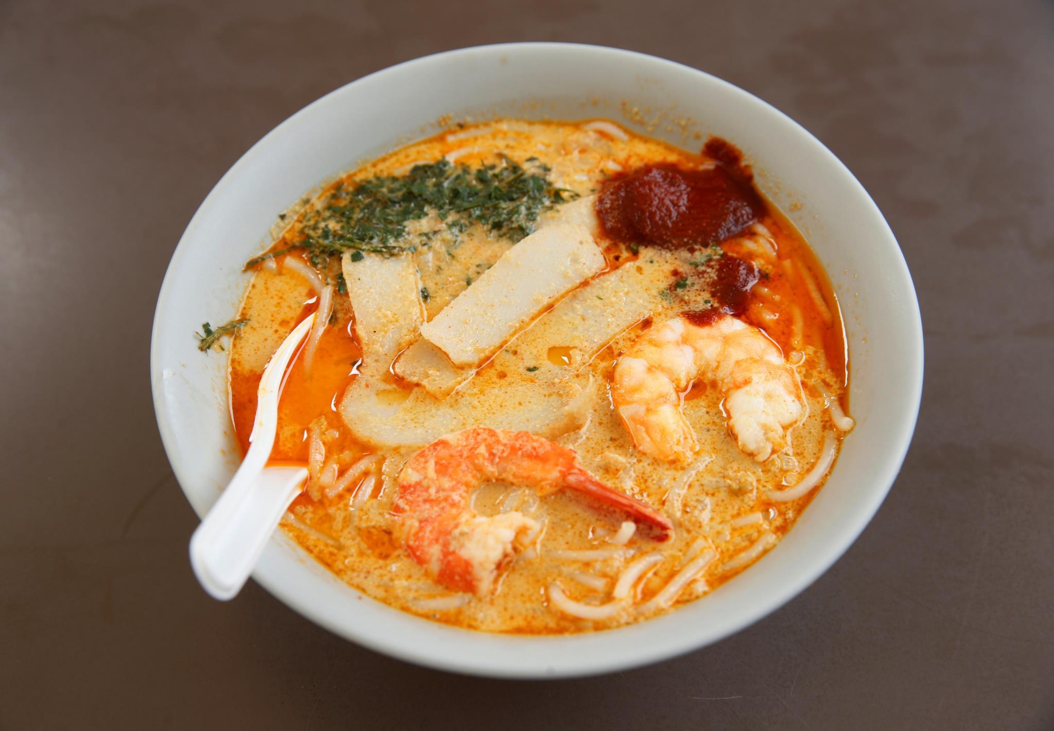 <i>Laksa</i> é uma sopa típica de Singapura que tem como base dois ingredientes: massa de arroz e folha-de-laksa