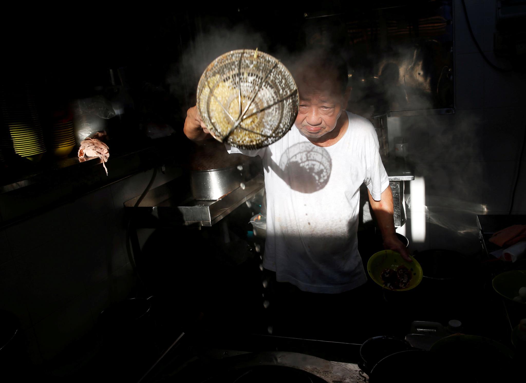 Wee Phong Sai tem 66 anos e é conhecido pelo prato de massa com bolinhas de peixe.