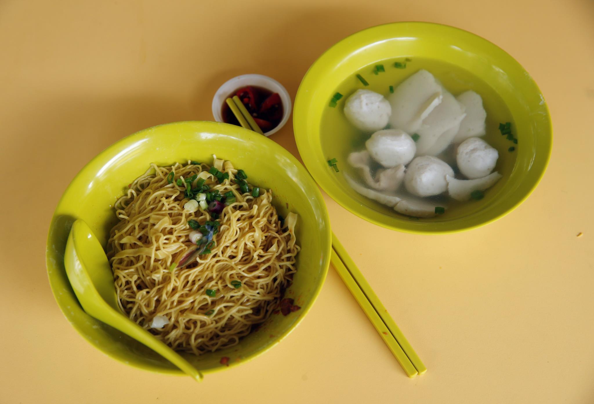 O prato de Wee Phong Sai, massa com bolinhas de peixe, custa cerca de 2 euros