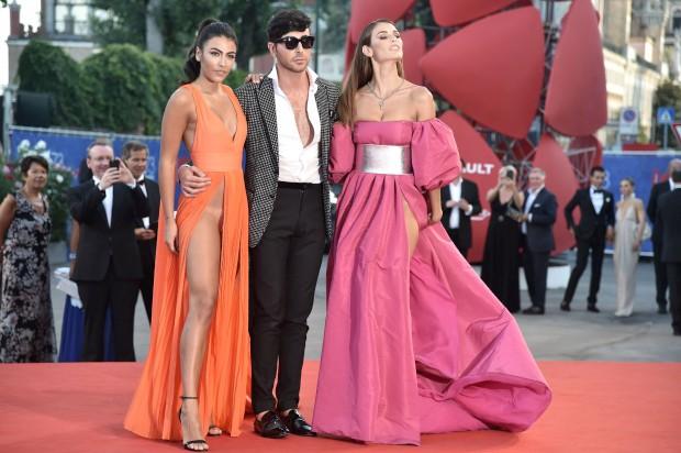 Duas convidadas do festival chamaram a atenção pelos seus vestidos provocantes