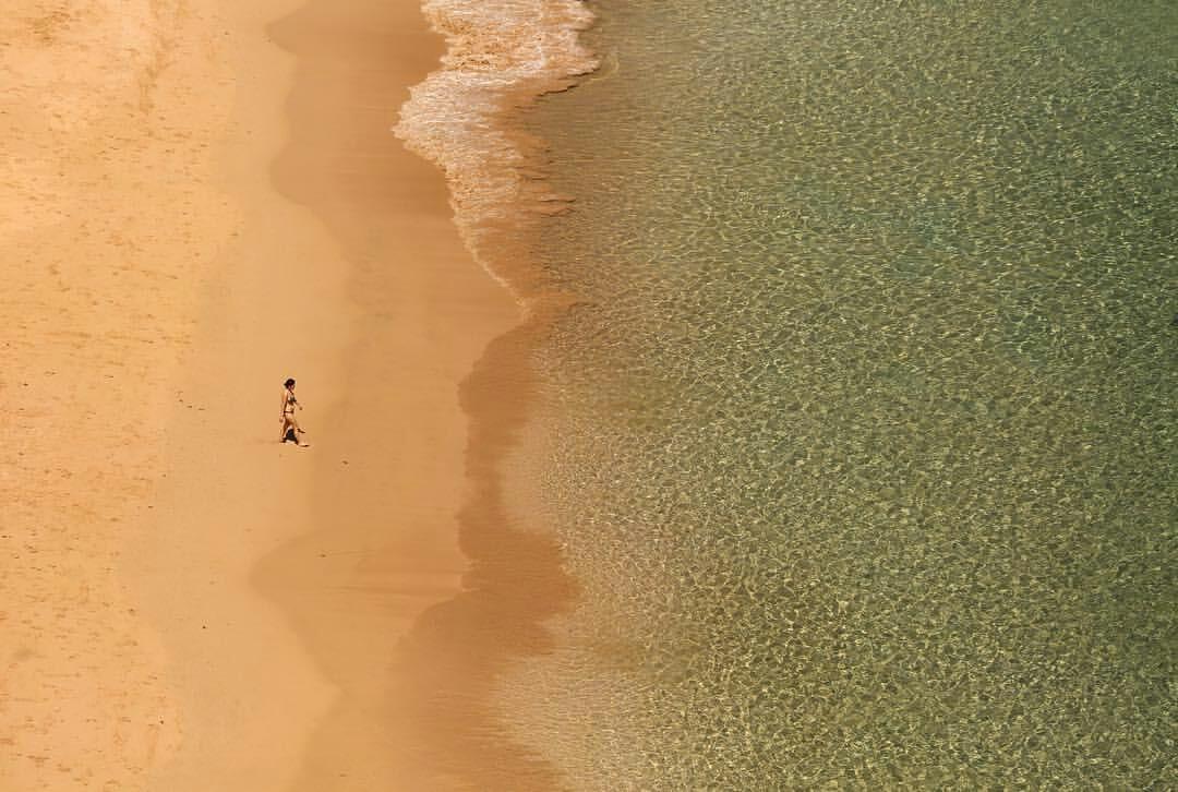 Hesíodo Góes (@hesiodogoes) - 'A fotografia foi feita do alto das pedras da Praia do Sancho, no arquipélago de Fernando de Noronha, em Pernambuco (Brasil). Estava fazendo algumas imagens gerais da praia e de aves marinhas quando avistei uma mulher que seguia em direcção ao mar como se fosse ao encontro da paz. Acredito que conseguiu.'