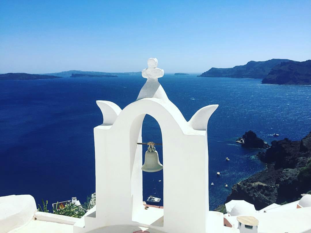 Os sinos tocam mas o sossego reina nesta charmosa e romântica ilha grega. Vera Ferreira (@ffvera), em Oia, Santorini.