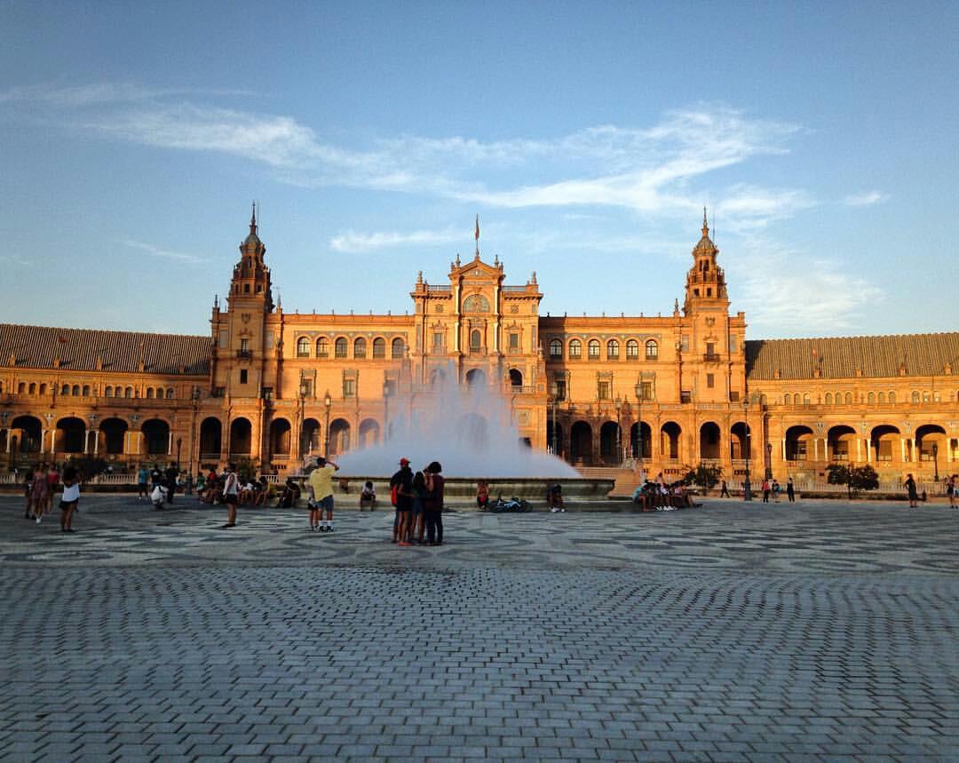 """O início do pôr-do-sol na Praça de Espanha em Sevilha. A viagem de Isabela (@thelifeofisa) e da família: """"Esta é a primeira viagem com o nosso bebé de 3 meses! Têm sido dias fantásticos, pois como sempre viajamos muito não víamos a hora de poder cair no mundo com o nosso pequeno. Sevilha ficará marcada, não apenas em fotografias, mas também, em nossas memórias como uma bela recordação"""