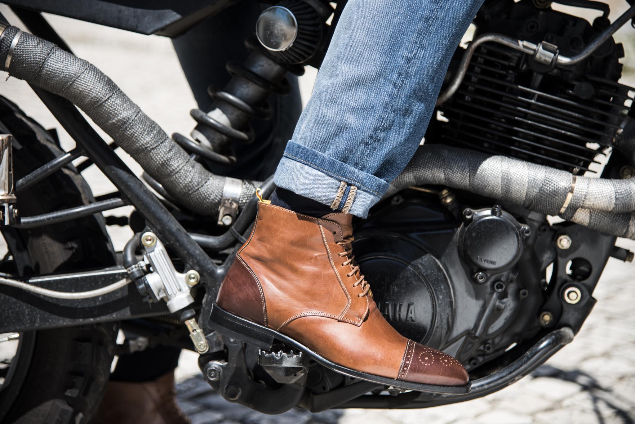 """Uma bota """"elegante"""" e """"solidária"""" num passeio de motas clássicas"""
