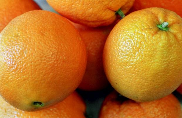 Afinal, comer laranja à noite ajuda a adormecer. E há mais mitos em discussão