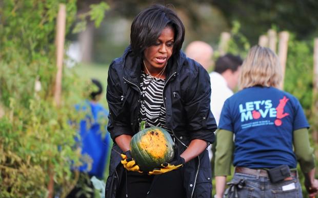 Michelle Obama durante as colheitas de Outono na horta que fez na Casa Branca