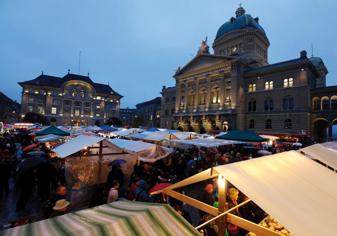 O Parlamento é uma das atracções que vale a pena visitar em Berna (na foto, o mercado das cebolas, que acontece em Novembro)