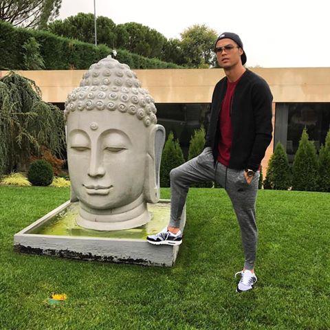 Cristiano Ronaldo pisa estátua de Buda e é acusado de falta de respeito