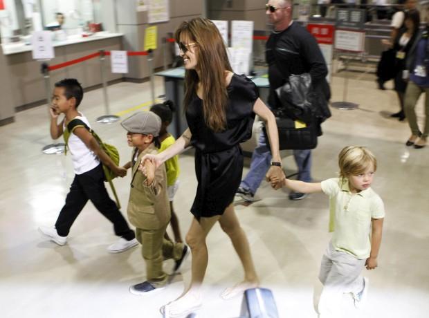 Angelina Jolie e os filhos, em 2010
