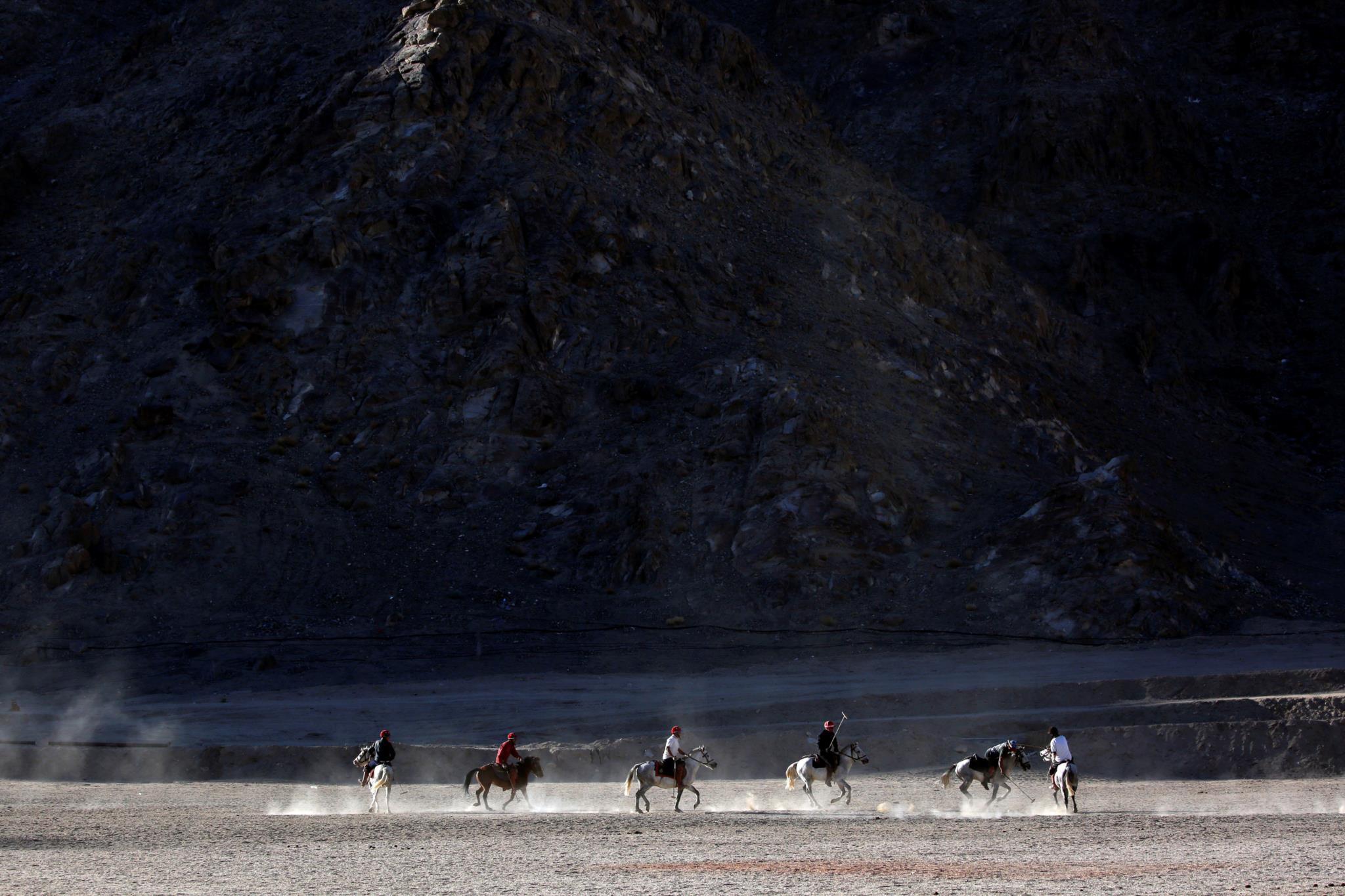 Um grupo de habitantes locais joga pólo equestre  em Leh