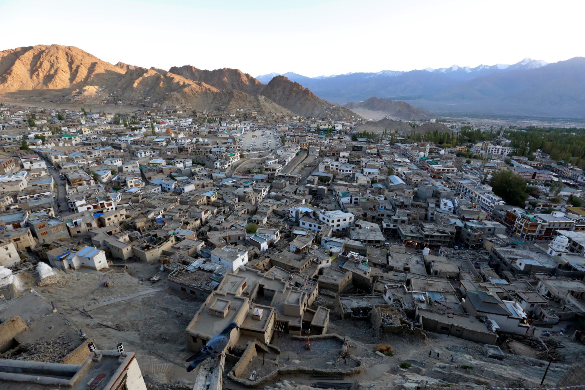 O sol põe-se em Leh, a maior cidade da região de Ladakh, nos Himalaias indianos