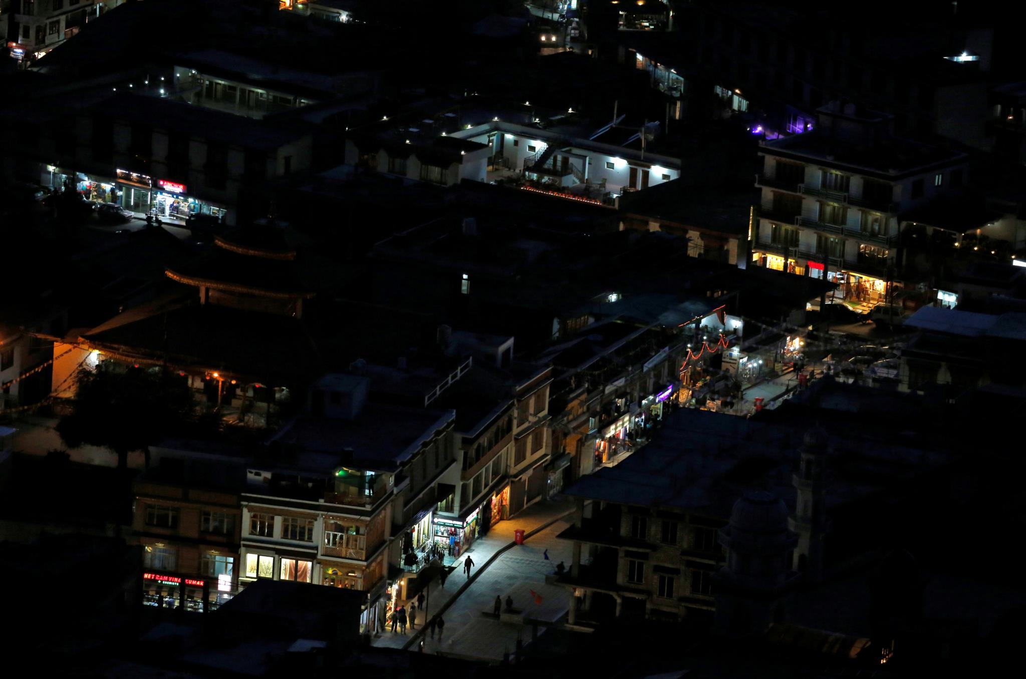 As luzes das lojas iluminam a noite na maior cidade da região