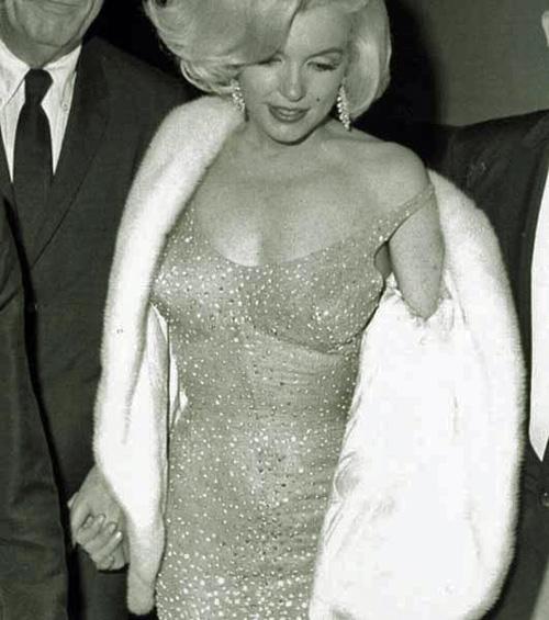 O vestido com que Marilyn cantou para JFK está (outra vez) à venda