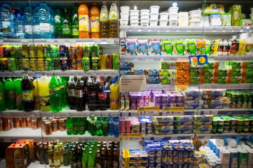 """Adolescentes britânicos consomem """"uma banheira"""" de refrigerantes por ano"""