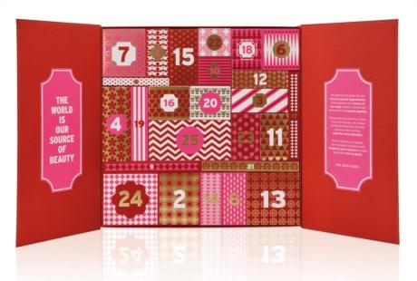 A The Body Shop foi a primeira marca de beleza a criar um calendário do advento com produtos de beleza, há 15 anos. Para 2016, tem três calendários: Na imagem, o Deluxe, que custa 120 euros