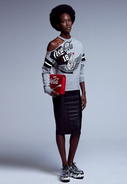 A italiana Pinko decidiu vestir a americana Coca-Cola