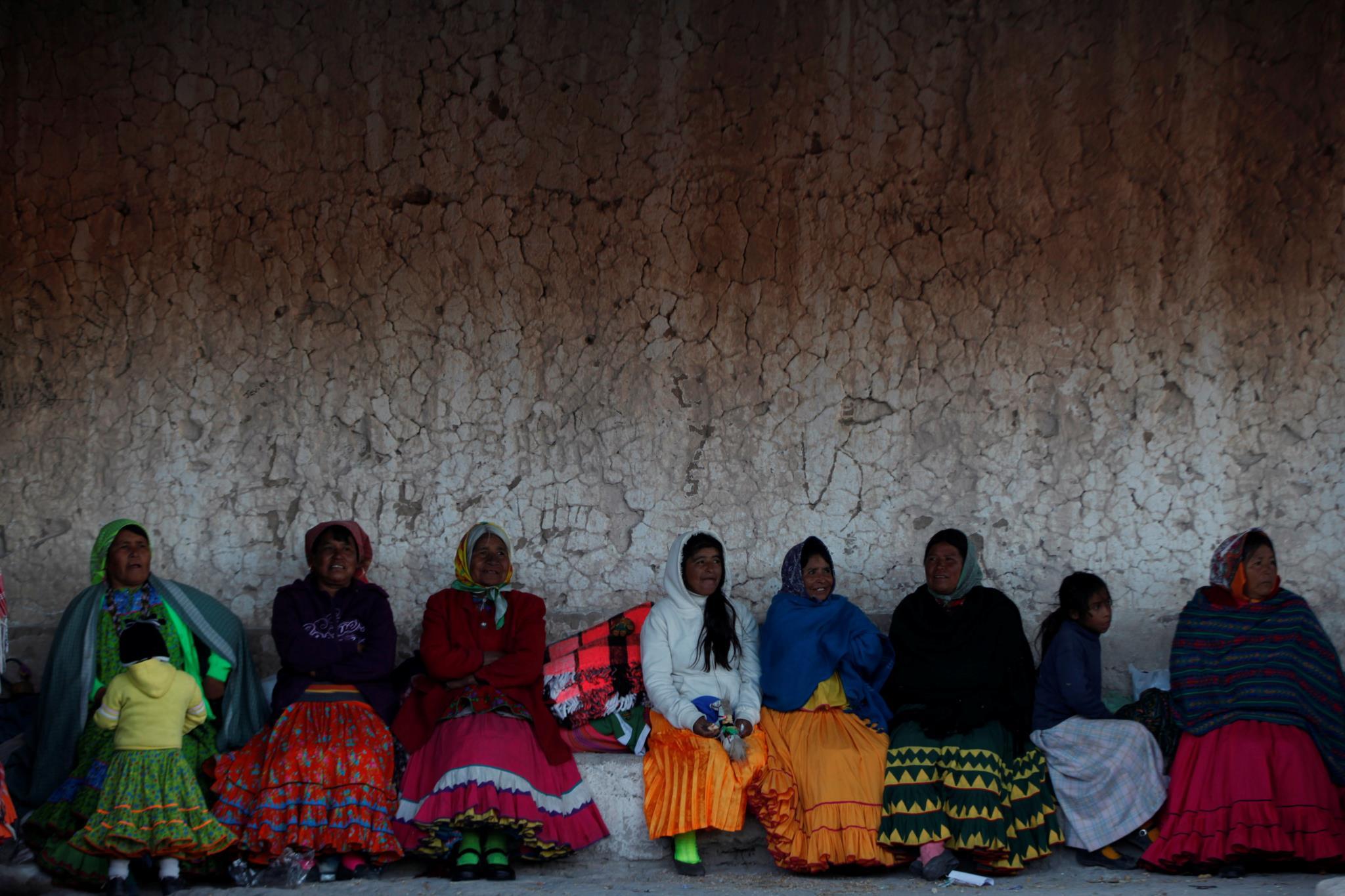 Mulheres preparam-se para o Inverno na aldeia de Caborachi, México