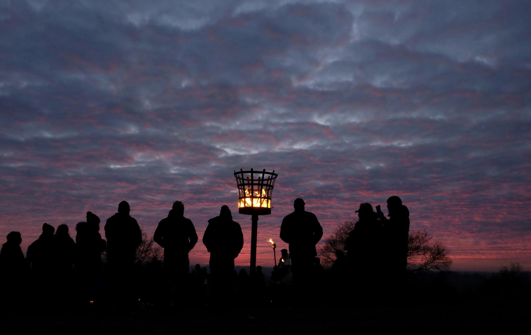 O grupo <i>Charnwood Grove of Druid</i> reúne-se para praticar um ritual de solstício de Inverno, perto de Loughborough, no Reino Unido