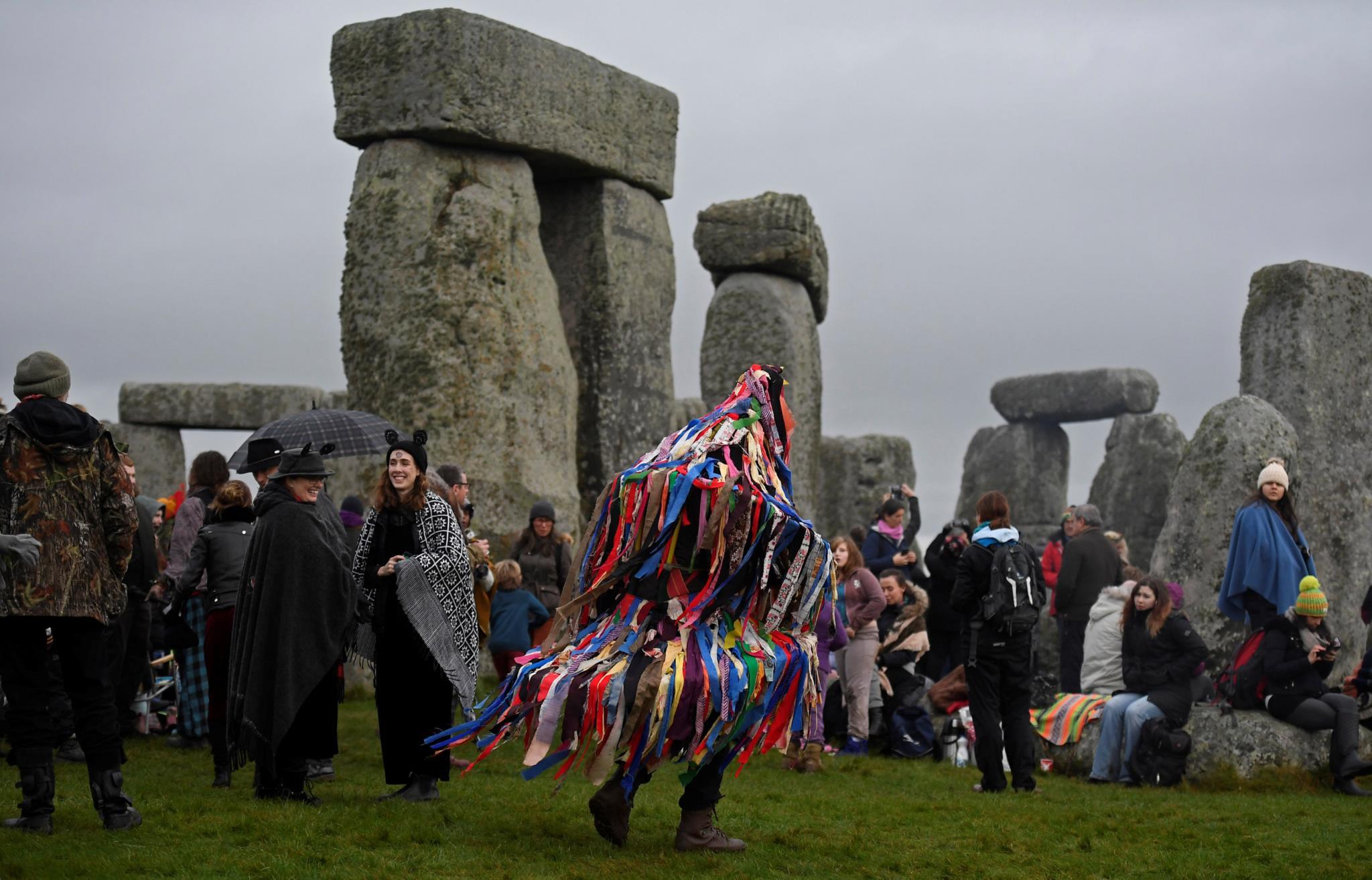 Pessoas celebram o solstício de Inverno em Stonehenge, no Reino Unido