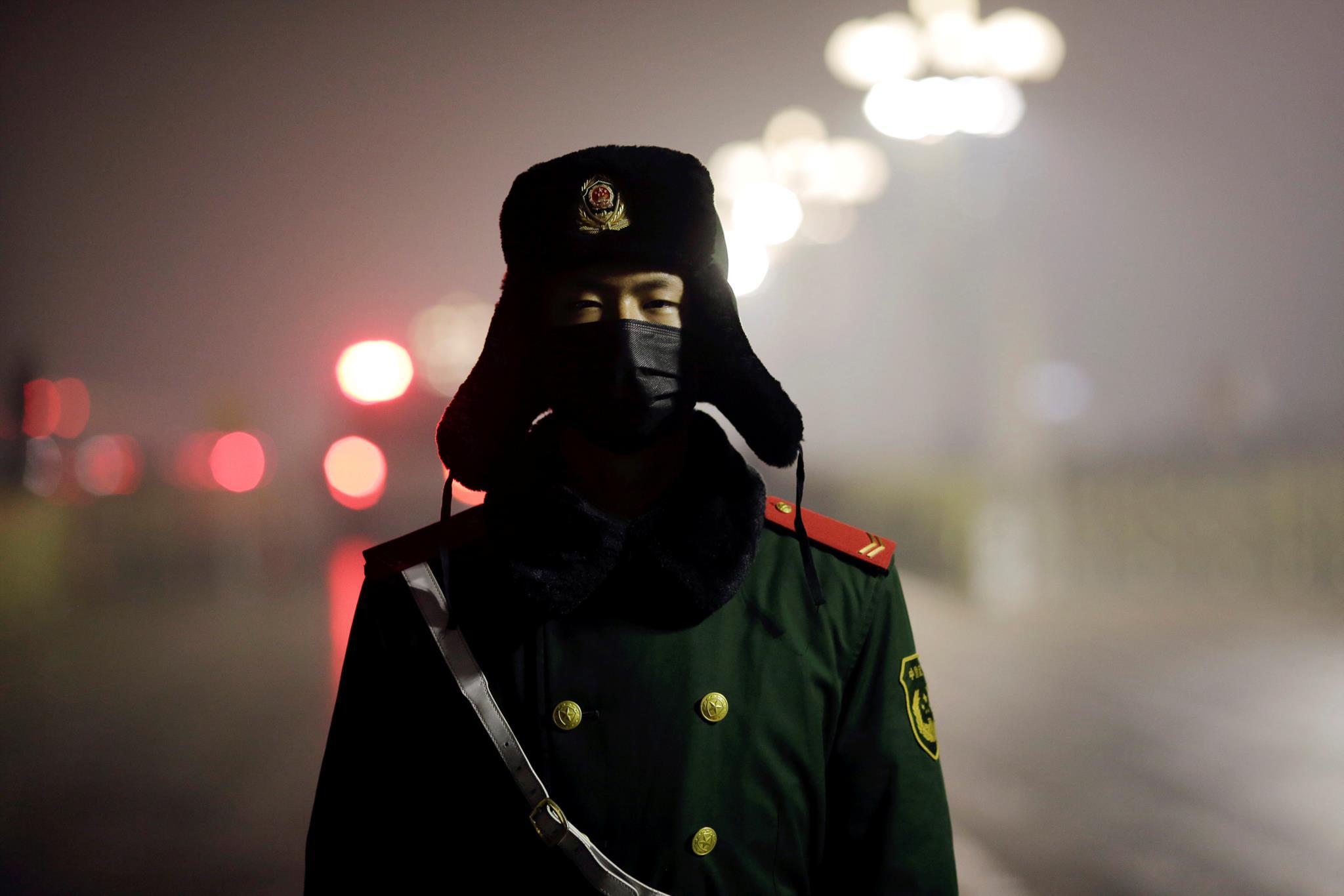 Militar numa cerimónia de hastear da bandeira na Praça da Paz Celestial, em Pequim, China