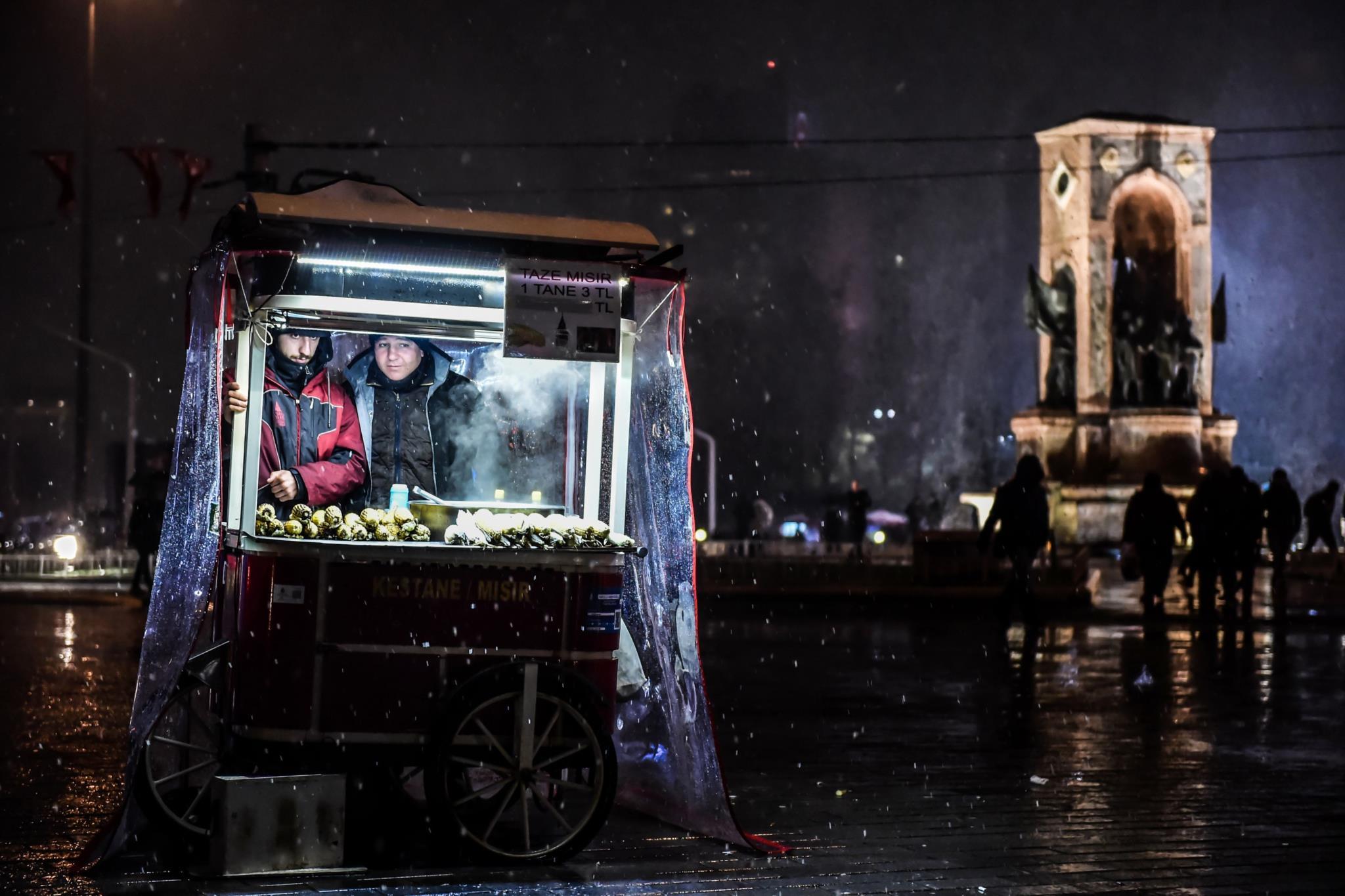 Vendedores de castanhas assadas na praça Praça Taksim, Istambul