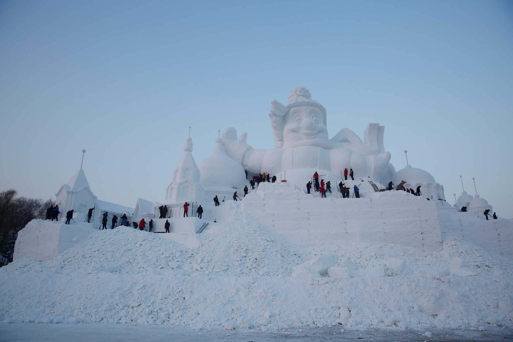 Artistas fazem uma escultura de neve no Festival Internacional de Esculturas de Gelo e Neve, em Harbin, China