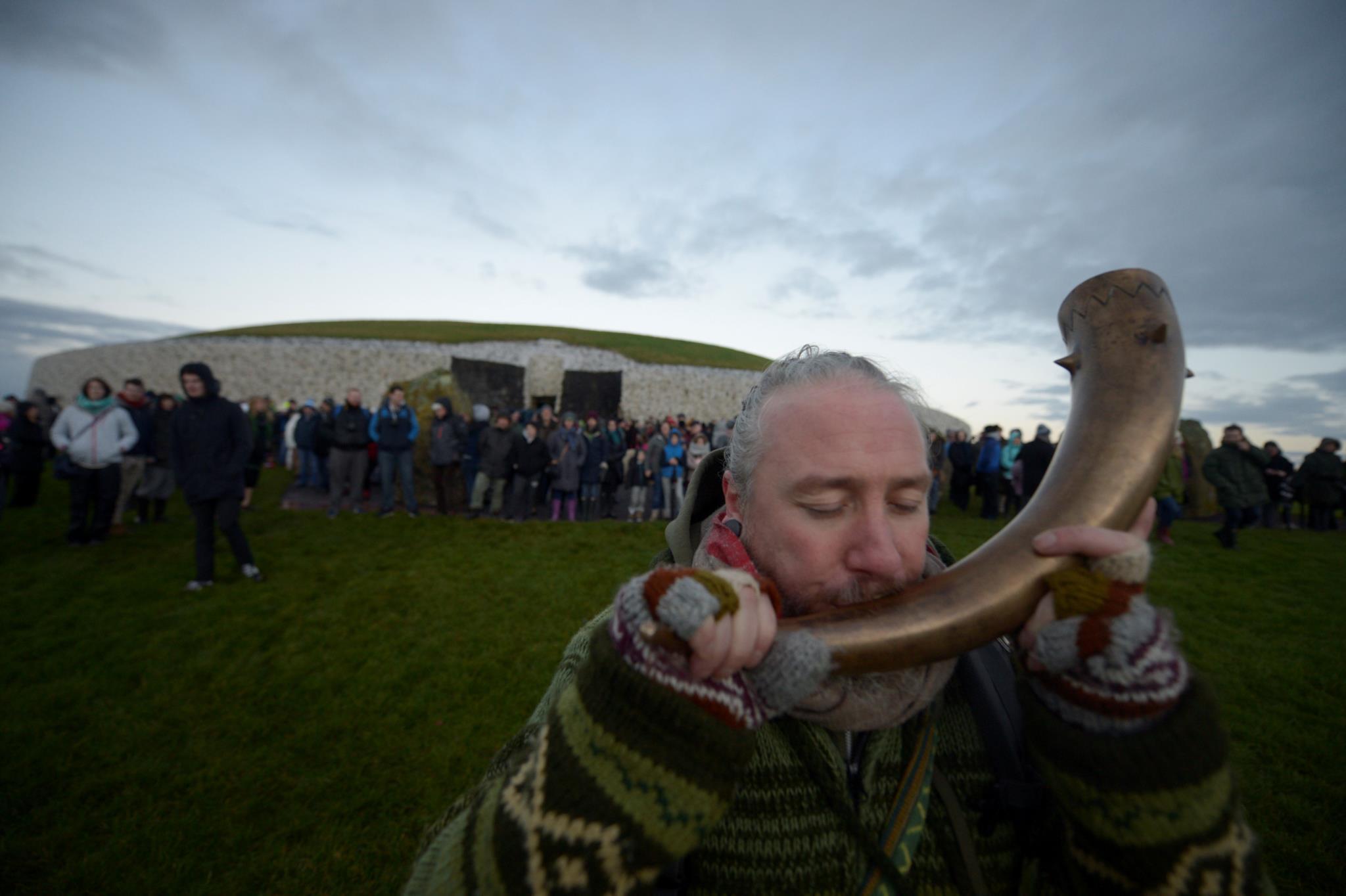 Um homem celebra o solstício de Inverno em Newgrange, Irlanda