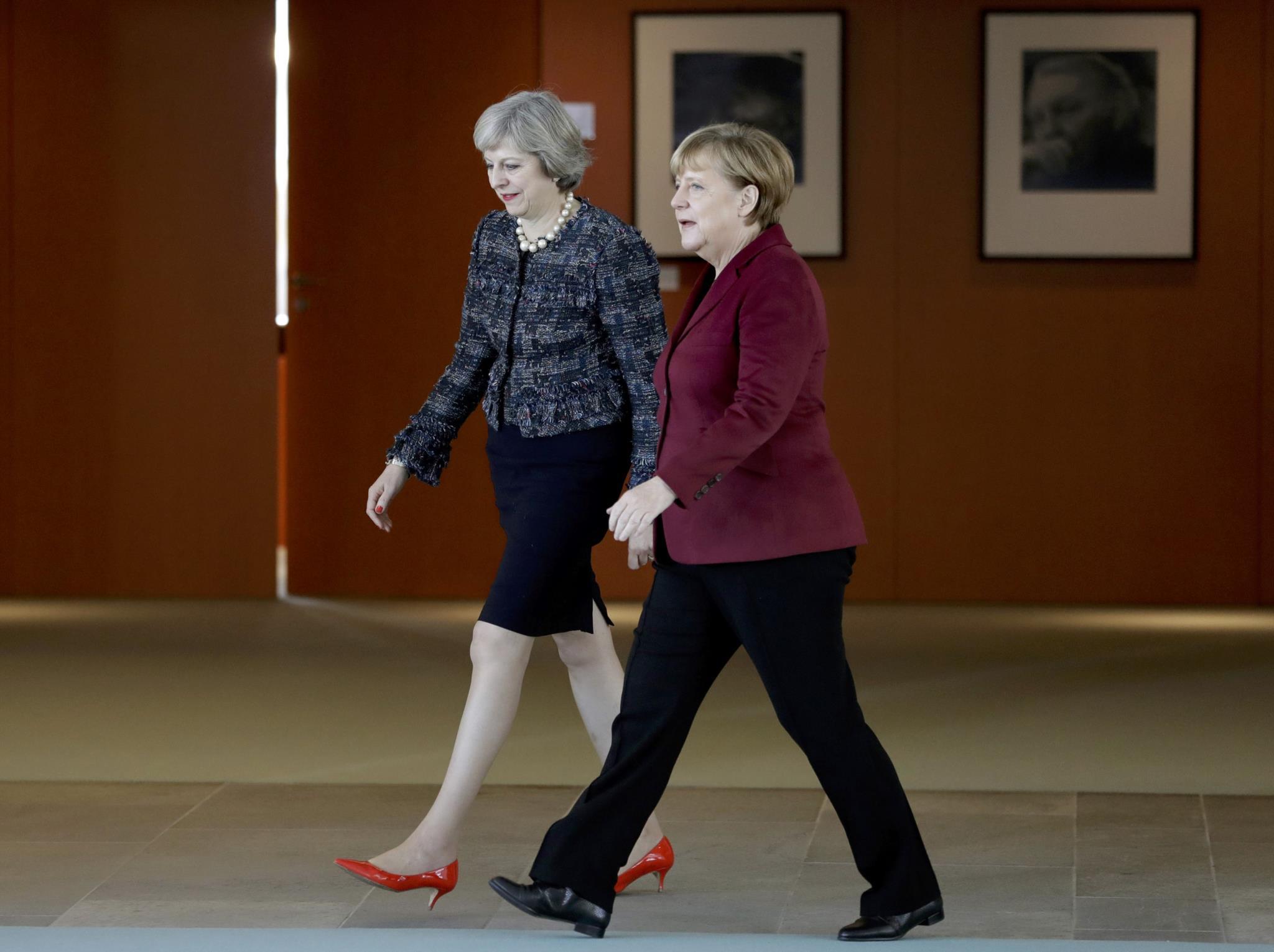 May em Berlim com Merkel e os seus sapatos coloridos