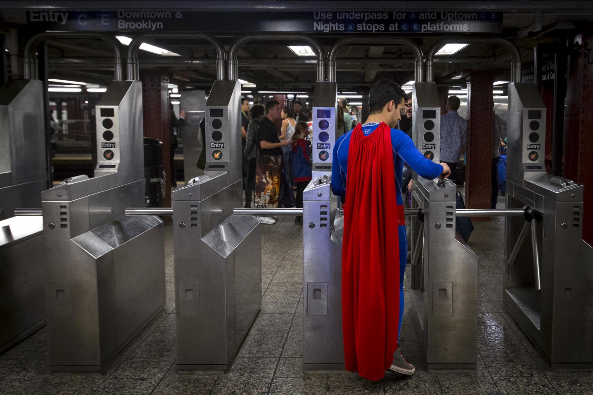 Quer comprar o fato do Super-Homem ou do Batman?
