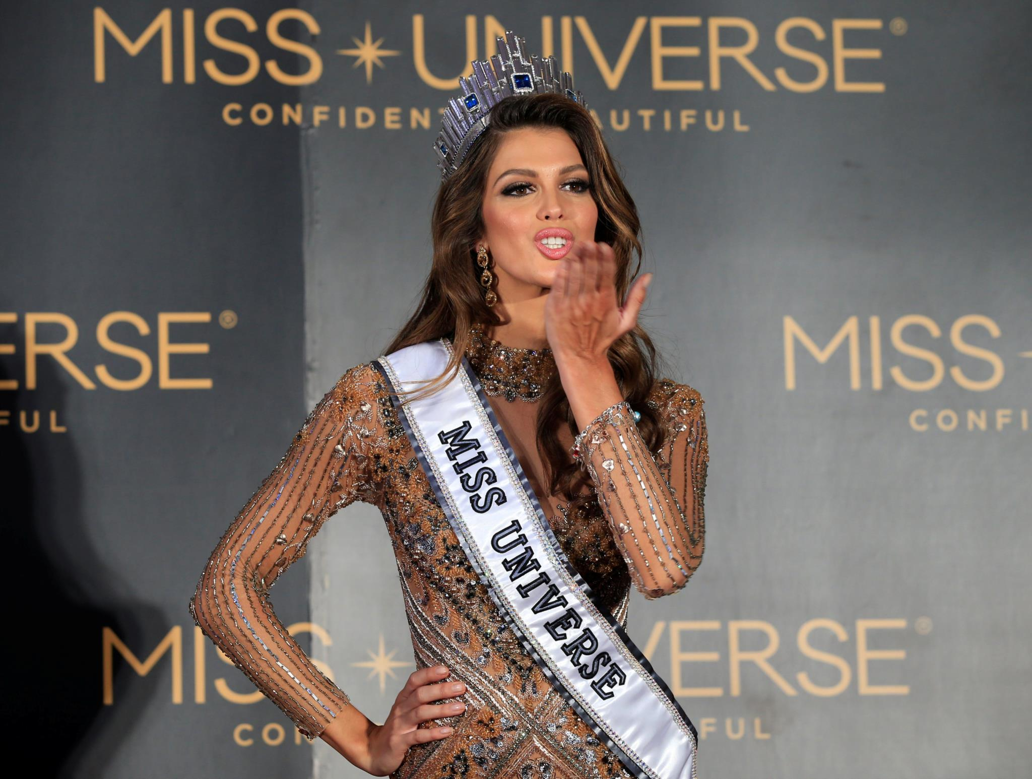 A francesa Iris Mittenaere fez regressar o título de Miss Universo à Europa