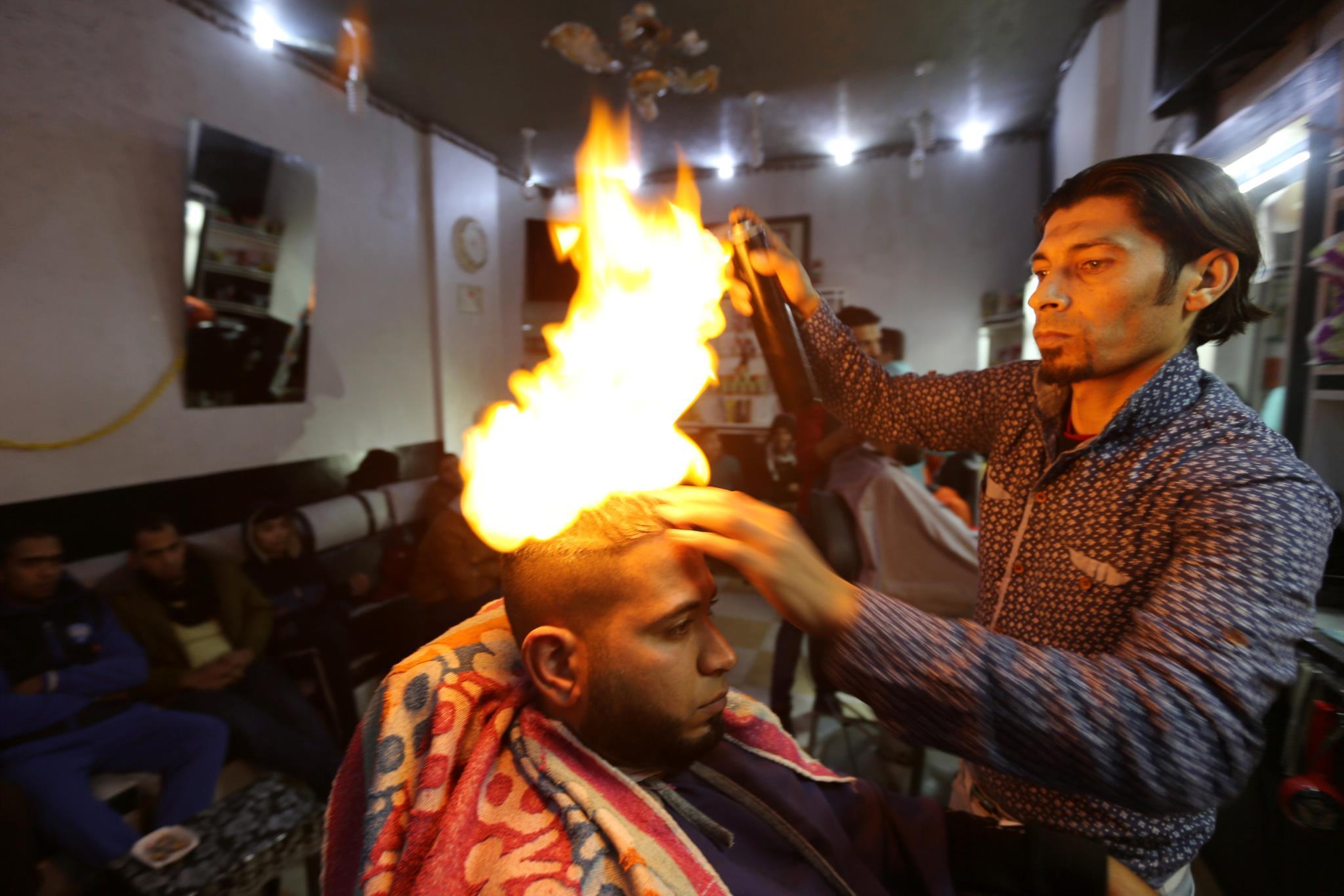 Pegar fogo ao cabelo para um penteado de sonho